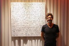 El artista Willie Márquez frente a la obra que presento en Visiónica. EL HOTEL pacha, Ibiza