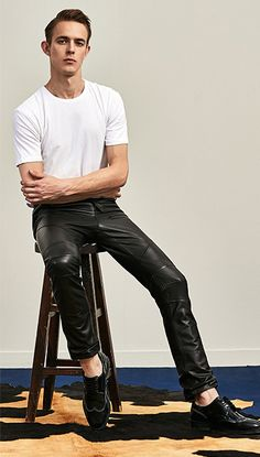 Awesome leather pants Men's fashion Mens Leather Pants, Tight Leather Pants, Men's Leather, Leather Gloves, Leather Fashion, Mens Fashion, Latex Pants, Teenage Guys, Leder Outfits