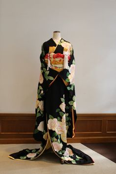 Discover recipes, home ideas, style inspiration and other ideas to try. Traditioneller Kimono, Furisode Kimono, Kimono Japan, Traditional Japanese Kimono, Traditional Fashion, Traditional Dresses, Japanese Geisha, Japan Fashion, Look Fashion