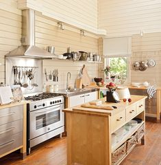 Cocina Mobiliario similar al modelo Varde de Ikea, igual que el módulo de madera en la isla. Grifería de Grohe.