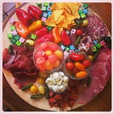 Apéro tapas coloré pour l'été. Mélange de charcuterie, fromages, billes de melon, pastèque, poivrons, tomates... #tapas#summer#food