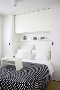 Rangement chambre blanc sur blanc Sister Home, Small Tables, Wall Shelves, Shelf, Bed Sheets, Home Renovation, Small Bedrooms, Wood Floor, Storage Ideas