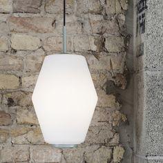 Lampa DAHL- unikalna designerska lampa wisząca zaprojektowana przez Birger Dahl dla Northern Lighting 2016 rok to rocznica urodzin projektantaBirgera Dahla które Norther Lighthing postanowił upamiętnić wprowadzając jego ponadczasowy model lampy. Dahl zaprojektował lampę w 1956 roku, a dwa lata później lampę zamontowano w Norweskim Parlamencie. Chcoiaz lampa Dahljest klasycznym projektem, ma minimalistyczną formę, jest smukła i zachowuje współczesny wygląd. Klosz wykonany jest z…