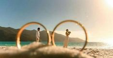Yüzüğün içinden çekim olarak gelin ve damat açık hava düğün fotoğraf pozu | Kadınca Fikir - Kadınca Fikir