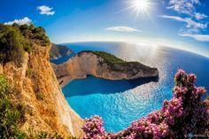 Navagio - Considerada a praia mais bonita do mundo, Navagio tem cores belíssimas que formam um cenário paradisíaco, afastado, deserto e encantador. A cor do mar é um azul cristalino, enquanto a areia fofa é perfeita para relaxar e aproveitar cada minuto.