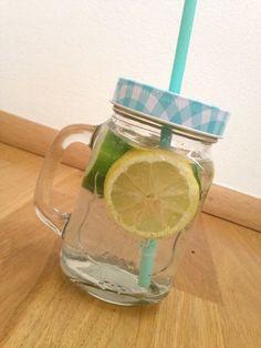 Recept na detoxovou vodu  (Dobrá na pleť)  Voda 3 plátky citronu  (nastartuje a zrychlí váš metabolismus a a má skvělé detoxikační účinky a také pomáhá čistit vaše tělo) 3 plátky okurky  (pomáhá vašemu tělu k uvolnění vody) 2 lístečky máty (pomáhá trávení a dodá osvěžující chuť)  Vodu můžeme obměňit 3-4 . Pijte alespoň dva týdny aby měla nějaký účinek.