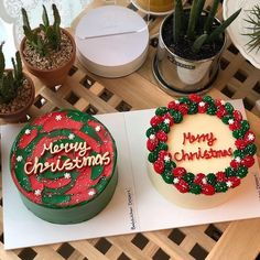 The video consists of 23 Christmas craft ideas. Pretty Birthday Cakes, Pretty Cakes, Beautiful Cakes, Amazing Cakes, Christmas Cake Designs, Christmas Desserts, Christmas Treats, Cupcakes, Cupcake Cakes