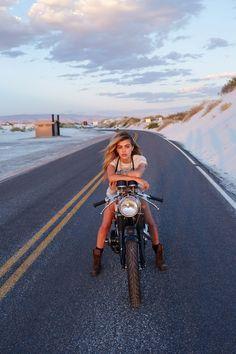 ❤️ Mujeres montando motocicletas ❤️ Girls on Bikes ❤️ Biker Babes ❤️ . Lady Biker, Biker Girl, Harley Davidson, Chicks On Bikes, Moto Cafe, Cafe Racer Girl, Look Rock, Hot Bikes, Biker Chick