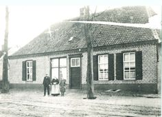 Woonhuis, herberg en Smederij, Dorpsstraat, met ervoor eigenaar Johan van Rijswijk en en zijn vrouw Arnoldina van Rijswijk-Meeuws - Auteur: niet vermeld - 1910-1920