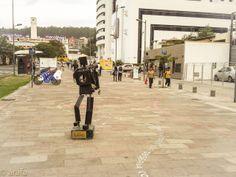 """Lectura Peatonal 2013-2014. Instalación, letras sobre el piso en acrilico, acompañadas de esculturas hecash a partir de reciclaje. Parte de la exhibicion """"Piedaleando"""" Bulevard NNUU Quito."""