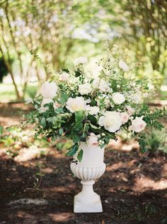 Blush and ivory wedding florals by Rosegolden Flowers, image by Leslie Hollingsworth Photography.