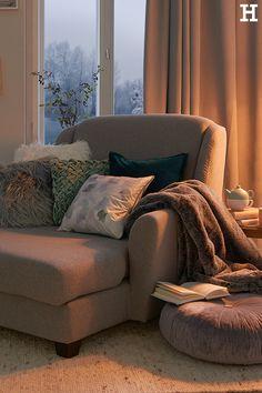 Ein gutes Buch, ein heißer Tee und ein großer Sessel. Mehr braucht man nicht, um den Tag ausklinken zu lassen.  #meinhöffi #CarpeDiem   #höffner #hoeffner #wohnen #möbel #wohnraum #wohndesign #wohnidee #deko #wohnachten #weihnachten #wellness #erholung #zuhause Carpe Diem, Home Interior, Wingback Chair, Old School, Accent Chairs, Sweet Home, Apartment Ideas, Furniture, Cartoon