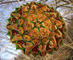 Mandala Stability 3D Efekt Mandala je maľovaná kvalitnými vitrážovými a metalickými farbami na okrúhle sklo o priemere 25 cm. Sklo je zabrúsené a je v ňom dierka na zavesenie do interiéru, na okno, stenu, do altánku, do záhrady, chatky..taktiež sa môže dať zaskliť do dverí... ..kontúra glitter zlatá, zlatá ..Zelené a žltohnedé časti sú tieňované a zjemňujú celkový ...