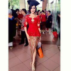 model+kebaya+modern+elegan #merah #kebayamodern