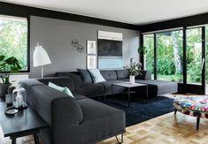 Hjemme hos Camilla Vebel og Christian Høien er der plads til hele familien. Inklusive onkler, kusiner og bedsteforældre. De kan nemlig snildt få plads til 25 gæster i deres store alrum. Se, 70'er-villaens forvandling til et moderne familiehjem.