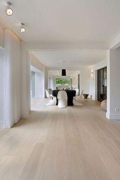 Weiße Villa Your bed room flooring is actually important. Villa Design, Floor Design, Hardwood Floor Colors, Light Hardwood Floors, Modern Wood Floors, White Oak Floors, White Flooring, White Walls, Living Room Flooring