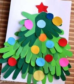 árbol de navidad hecho con manos. Perfecto para decorar el aula de educación infantil en esta fecha.