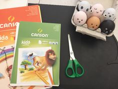 {DIY} Des maracas de Pâques! Measuring Spoons, Kids, Barn, Young Children, Boys, Converted Barn, Children, Boy Babies, Child