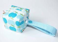 Schnullertasche, Box mit blauen Äpfeln / cute dummy box by Ohrgesicht via DaWanda.com