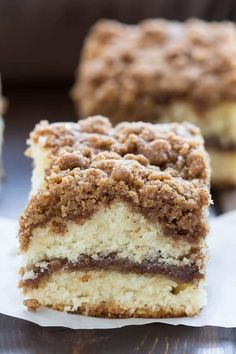 There is absolutely nothing better than waking up in the morning and enjoying a slice of warm coffee cake. This Cinnamon Crumb Coffee Cake is so perfect with a cup of coffee, it? the best way to start your day! With a thick cinnamon streusel topping over Bisquick Recipes, Baking Recipes, Dessert Recipes, Recipes Dinner, Bisquick Coffee Cake Recipe, Cat Recipes, Best Crumb Cake Recipe, Frosting Recipes, Gastronomia
