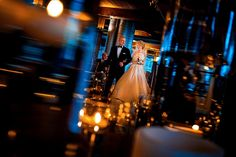 многоплановый кадр: отец ведет невесту к жениху