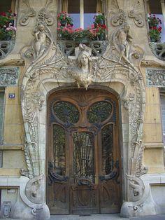 Art Nouveau Door in Paris Art Nouveau, Art Deco, Cool Doors, Unique Doors, Amazing Architecture, Art And Architecture, Porches, Stairs Window, Knobs And Knockers