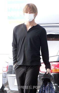 My bias Kim Taehyung Daegu, Bts Airport, Airport Style, Jimin Airport Fashion, V Bts Wallpaper, Kim Taehyung, Bts Boys, Taekook, Korean Singer