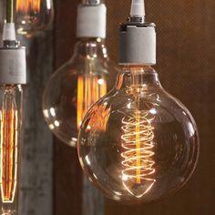 初期のエジソン電球と同じ製法、材料で作られた電球。