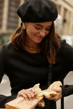 Love Style Life, Louise Ebel, Stylish Street Style, Parisienne Style, Black Berets, Paris Chic, Winter Mode, Oui Oui, French Chic