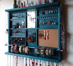 Se trata de un organizador de joyas diseñado y elaborado por mi. Funcional con una llamarada artística es mi meta hacer piezas funcionales. Algo puede utilizar todos los días y estar bien contentos para mostrar en su dormitorio o en otro lugar como una obra de arte. Diseñado sobre un