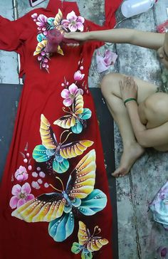 Vestido Saree Painting, Dress Painting, T Shirt Painting, Fabric Painting, Hand Painted Sarees, Fabric Paint Designs, Embroidery Suits Design, Dress Sketches, Painted Clothes
