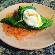 Smoked salmon, spinach and a poached egg Poached Eggs, Smoked Salmon, Eating Well, Feel Good, Spinach, Breakfast, Food, Morning Coffee, Eat Right