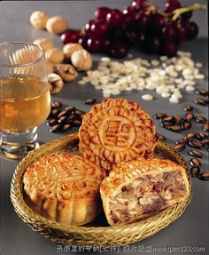 Mooncake five nut (simplified Chinese: 月饼; pinyin: yuè bĭng) is a Chinese bakery product traditionally eaten during the Mid-Autumn Festival. Cake Festival, Food Festival, Delicious Desserts, Dessert Recipes, Yummy Food, Vegan Jelly, Chinese Moon Cake, Mooncake Recipe, Almond Cookies