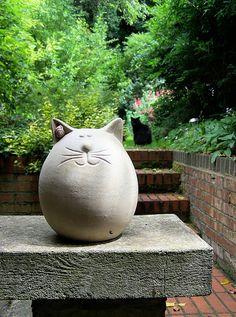 Two Fat Cats - - Töpferwaren - Katzen Pottery Animals, Ceramic Animals, Clay Animals, Ceramic Art, Cement Art, Concrete Crafts, Concrete Art, Concrete Sculpture, Clay Cats