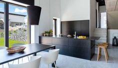 Modernia muotoilua ja selkeitä linjoja – A la Carte keittiöt malliston Zero vedinurallinen tammiviiluovi.