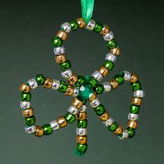 These 60 St. Patrick Day shamrock crafts are great for toddlers and kids alike. While some may require moms help, most of them intuitive and kid-friendly. March Crafts, St Patrick's Day Crafts, Holiday Crafts, Holiday Ideas, Saint Patricks Day Art, St Patricks Day Crafts For Kids, Sant Patrick, St Patrick Day Activities, St Patrick's Day Decorations