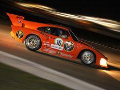 Vollversammlung im Teamzelt von Porsche Kremer Racing Cologne: Mit einer zünftigen Grillparty inmitten des Fahrerlagers klang das Treffen erst lange nach Mitternacht aus