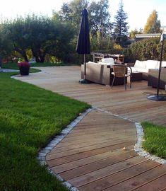 Denne designer gjør slik at hagen virker veldig stor fordi den har brukt tre elementer som bryter opp hagen, stein, vann og gress.Oppdal skifer terrasse - Google Search