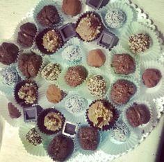 Baci di Alassio, praline al peperoncino, al pistacchio e al cocco, cestini di cioccolato con crema al mascarpone e cubotti ripieni di crema al rum