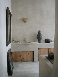 Tadelakt is a waterproof lime plaster traditionally used in kitchens and bathrooms in Morocco. Havens South Designs loves tadelakt with its organic, earthy look and feel. Inspiration Wand, Bathroom Inspiration, Interior Inspiration, Design Inspiration, Bathroom Wall, Bathroom Interior, Concrete Bathroom, Bathroom Storage, Concrete Wood