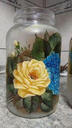 Pintura Glass Bottle Craf - Quilling Deco Home Trends Painted Milk Cans, Painted Glass Vases, Painted Wine Bottles, Glass Bottle Crafts, Wine Bottle Art, Glass Bottles, Mason Jar Art, Tole Painting Patterns, Bottle Painting