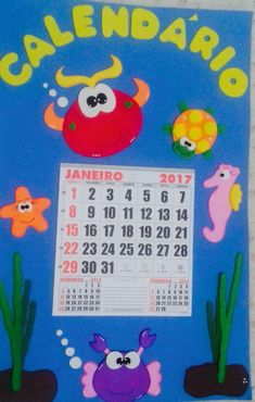 Ki sala de aula com 3 paineis: bem vindos, parabéns e calendario.