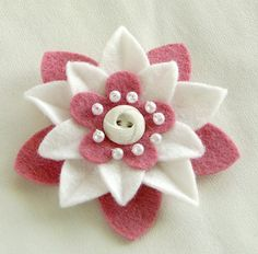 Pink and White Felt Flower Pin with White por dorothydesigns