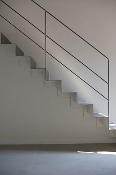 b/w by bloom photo simone rossi Stair Railing Ideas bloom Ph.- b/w by bloom photo simone rossi Stair Railing Ideas bloom Photo rossi Simone - Outdoor Stair Railing, Modern Stair Railing, Staircase Handrail, Stair Railing Design, Modern Stairs, Railing Ideas, Steel Stair Railing, Steel Balustrade, Escalier Design