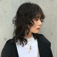 Takuma Kosugi / 小杉 拓馬さんはInstagramを利用しています:「cut & perm✂︎ お似合いです☺️👏 ・ ・ ・ #ウルフカット#マッシュウルフ #外国人風ヘアー#ホワイトカラー#マッシュショート#シースルーバング#ショート#インナーカラー#ハイトーン#ハイレイヤー#レイヤーカット#ウルフボブ#ボブウルフ…」 Haircuts For Medium Hair, Medium Hair Styles, Curly Hair Styles, Natural Hair Styles, Cut My Hair, Hair Cuts, Boho Hairstyles, Hairstyles With Bangs, Mullet Hairstyle