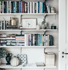 82 Nice Bookshelf Styling for Decoration Bookshelf Organization, Bookshelf Styling, Bookshelf Design, Bookshelf Ideas, Bookcase Desk, Bookcases, My Living Room, Living Spaces, Interior Exterior