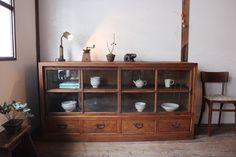 Japanese Furniture, Japanese Interior, Cool Furniture, Furniture Design, Wooden Pantry, Crockery Cabinet, Asian Home Decor, Home Furnishings, Interior Design