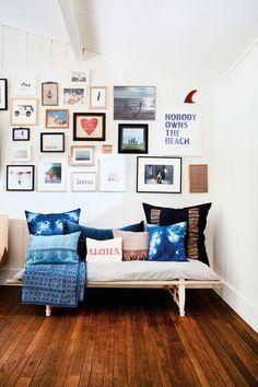 This Hamptons Beach House Is a Surfer's Oasis #SOdomino #room #interiordesign #wall #furniture #shelf #home #livingroom #floor #blue #woodflooring