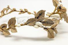 Tiara de porcelana en hojas doradas y semillas blancas. 2-6 cm ancho circunferencia: 20 x 17 cm