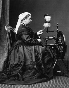 The queen makes the yarn! Queen Victoria at spinning wheel Queen Victoria Family, Queen Victoria Prince Albert, Victoria And Albert, Reine Victoria, Kensington, Spinning Wool, Spinning Wheels, Kingdom Of Great Britain, British History